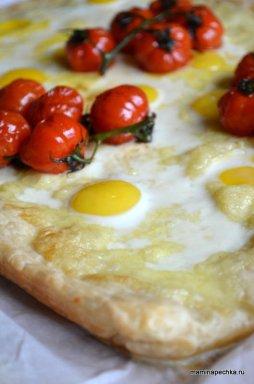 Лепёшка с сыром и перпелиными яйцами