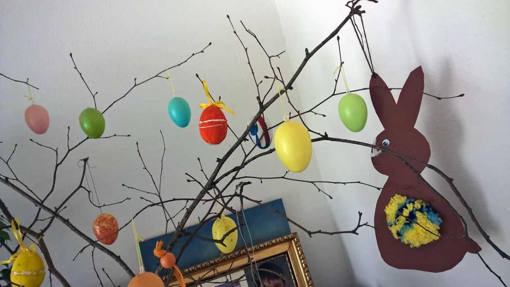 Ostderdeko aus Pompons: Pompon Küken basteln, Osterhasen und mehr lustige Ideen für Ostern mit Kindern