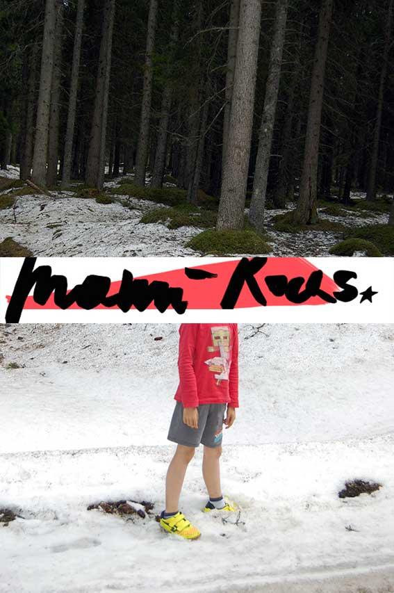Naturkinder wandern im Frühlingswald