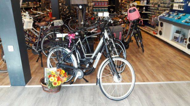 uitreiking e-bike bij Halfords Drachten