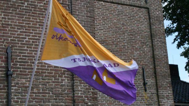De kerken die meedoen zijn te herkennen aan de speciale Tsjerkepaadvlag