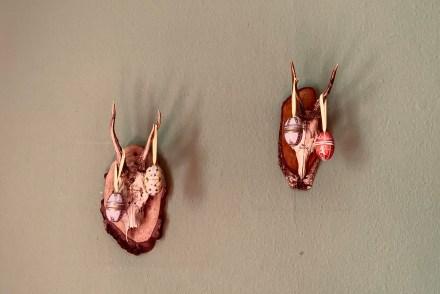 Zwei Rehgeweihe mit Ostereiern dekoriert als Zeichen für Osterferien
