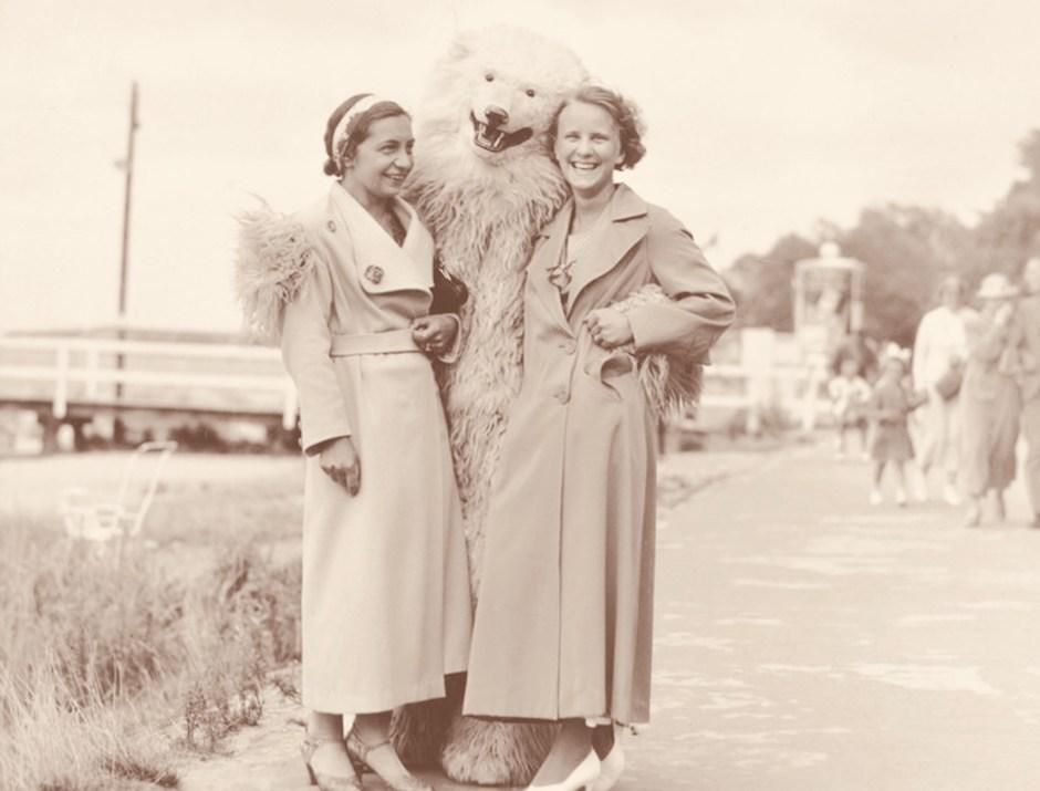 Schwarz-weiß Foto von 1920, zwei Damen und ein Mann im Eisbärenkostüm. sinnbildlich für das Überall-Eisbären-Buch