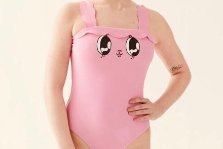 Dame in einem pinkfarbenen Badeanzug mit Häaschenaugen und Nase auf den Brüsten.