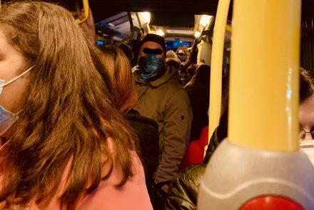 Voller Bus ohne Abstände zu Coronazeiten sorgt für Verwirrung