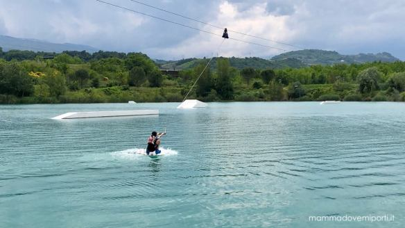 Bambina su Wakeboard Lago Hot Lake Cable Park Manoppello di Pescara