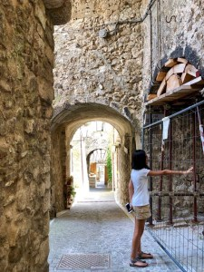 Castelvecchio Calvisio con i bambini rincorrendo i gatti