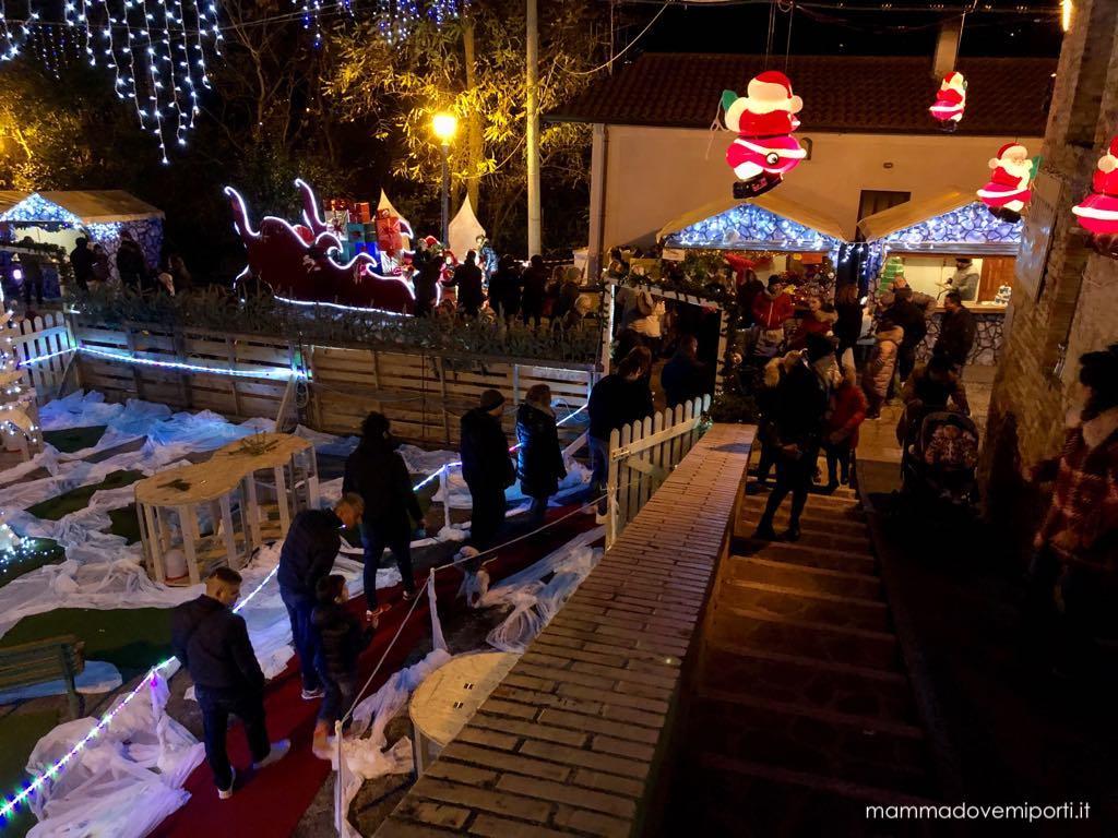 Scale e rampa di accesso alla Casa di Babbo Natale al Borgo di Babbo Natale a Ripattoni