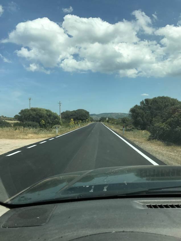 color asfalto nuovo nero con bianco strisce e nuvole