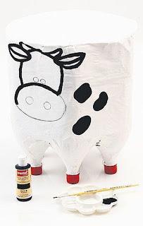 """Bottiglie di Plastica si trasformano in una Pouffe """"Mucca"""""""