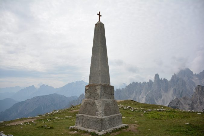 Cosa vedere alle tre cime di Lavaredo : Monumento di ricordo ai caduti in guerra