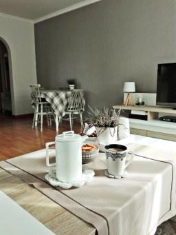 Stół i krzesła, mimo, że z odzysku, wyglądają, jak stylowy komplet