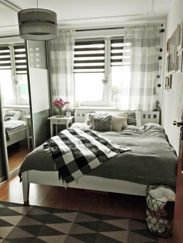 Sypialnia jest jasna i przytulna.