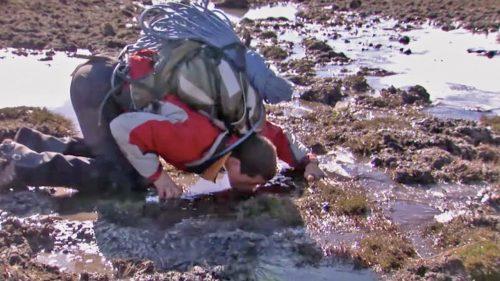 【閲覧注意】動物の糞に汚染された池から水を飲む方法が常軌を逸している!!