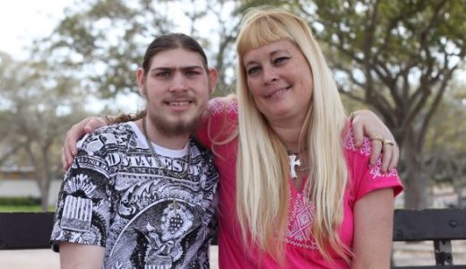 小頭症を持つ男性とその母親が懸命に生きる