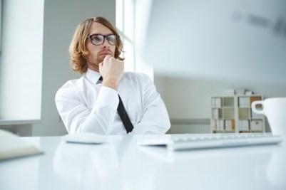 pensive-affaires-avec-des-lunettes-et-chemise_1098-1249-freepik