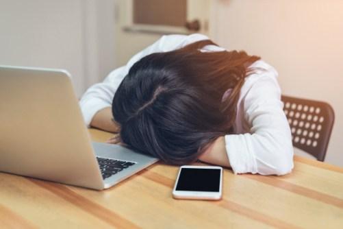 mujer-negocios-cansado-sueno-sala-oficina-mientras-trabajaba_2034-564