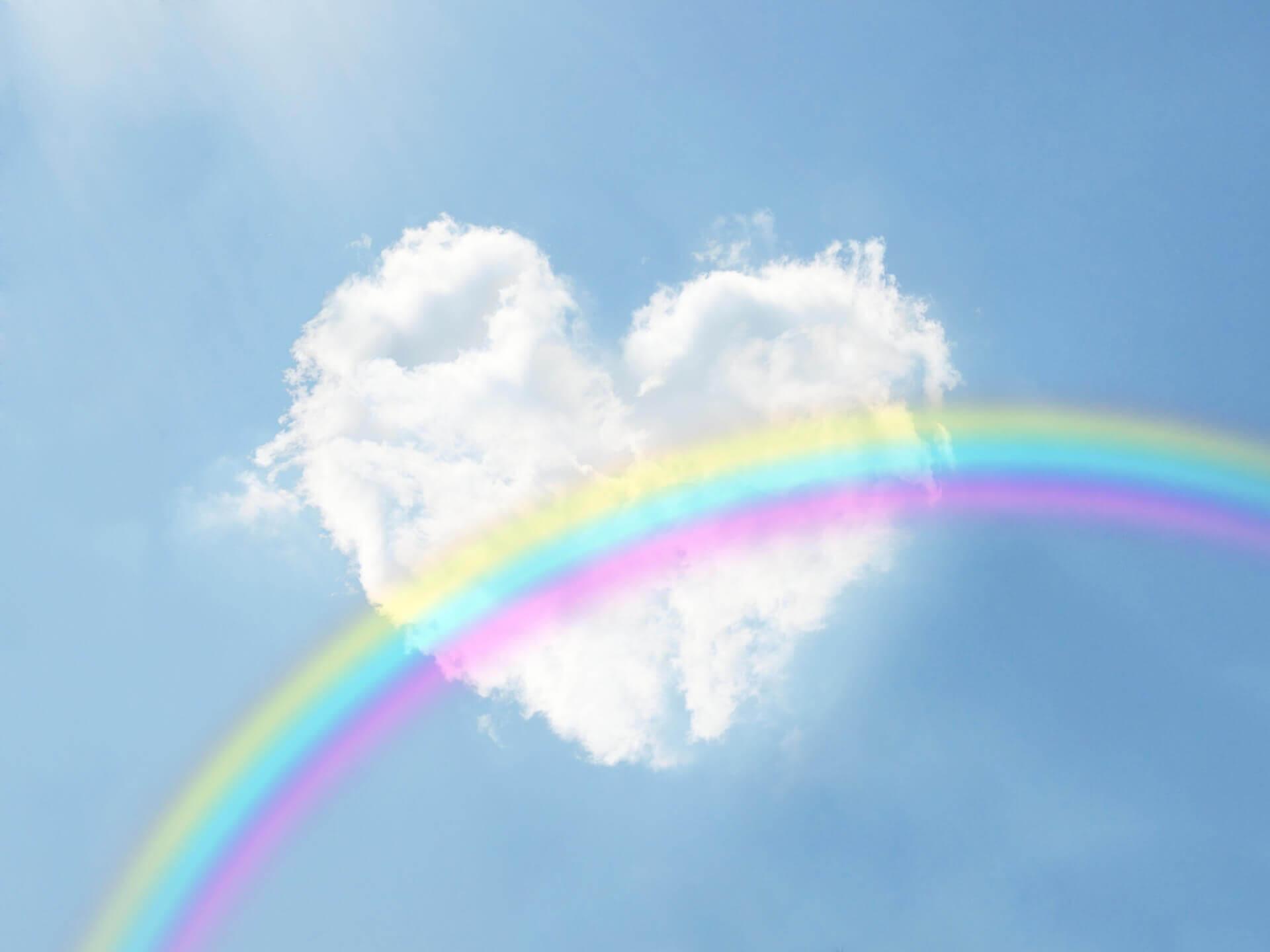 ハートの雲にかかる虹