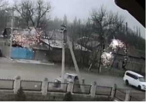 В результате ДТП столб упал прямо на автомобиль