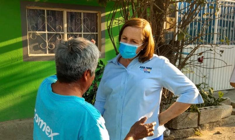 Fotografía de Ana Teresa Aranda dialogando con una persona en la calle.