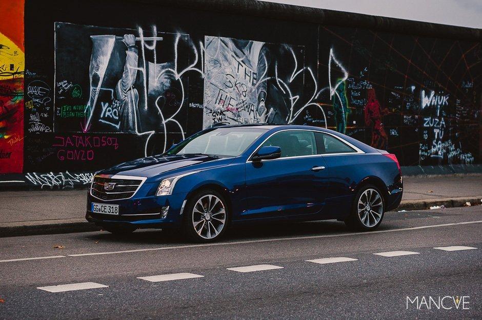 Cadillac ATS Coupé Berlin Mauer Berliner Mauer Graffiti blau Sportwagen