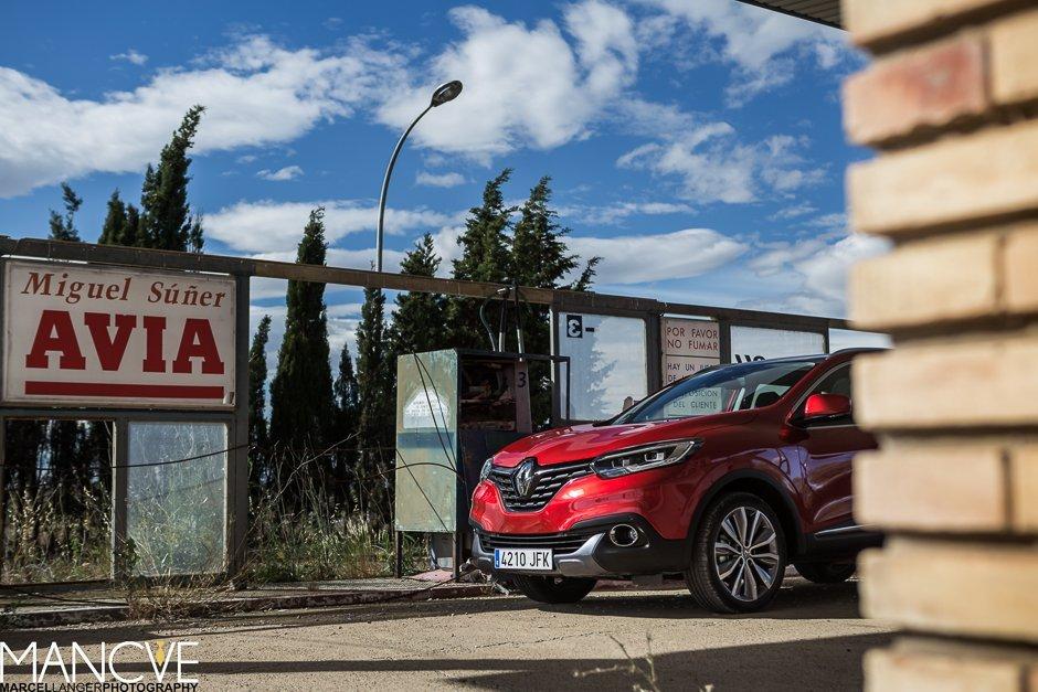 Renault Kadjar Fuel Station AVIA Tankstelle Navarra Wüste rot verlassen SUV AWD Allrad
