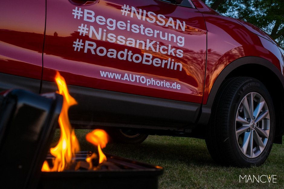 Nissan Qashqai Weber Go-Anywhere Grill Camping Feuer rot Auto Campingplatz