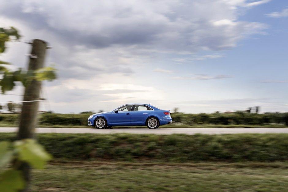 Audi A4 B9 Arablau Seitenaischt Fahraufnahme Weinberge Sonnenuntergang