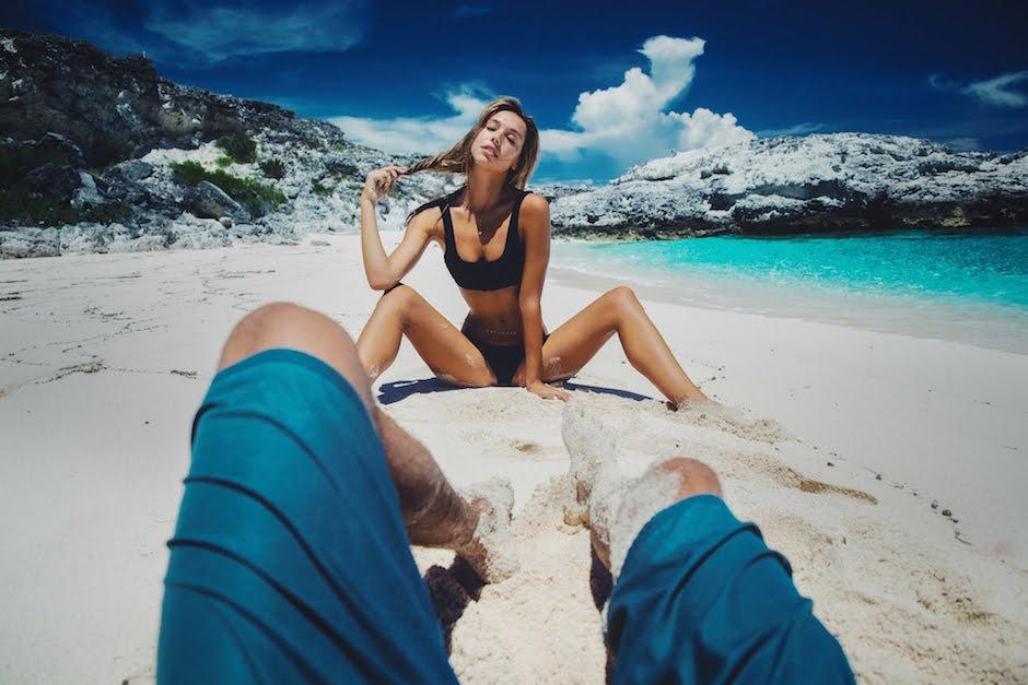 Jay Alvarrez Alexis Ren POV blau Badehose Frau Bikini Wasser Meer Strand Palmen Paradies