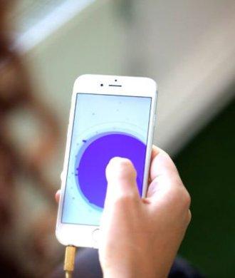 Pause Meditations App Smartphone purple lila Fingerdruck Daumen Entspannung Relax Gesundheit Wohlbefinden