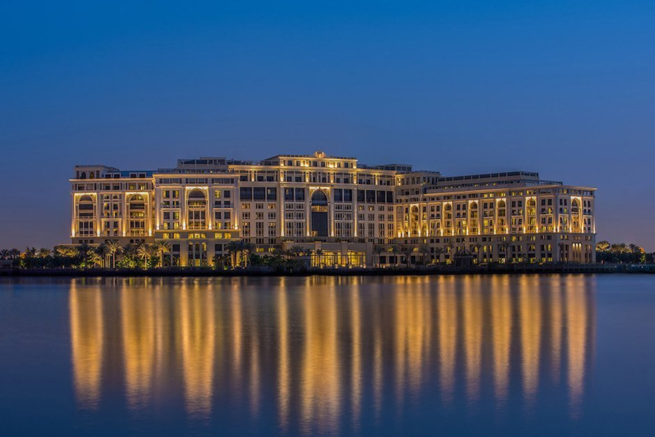 Palazzo Versace Dubai Hotel Meer VAE Luxus Beleuchtung Nacht blauer Himmel