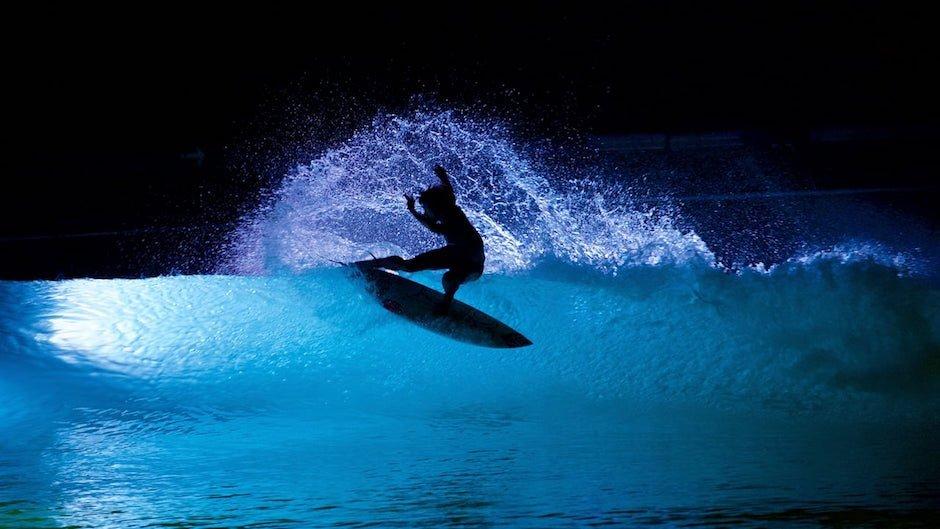 WAVEGARDEN Night Surf Experiment Nacht Beleuchtet Wasser Surfen Welle Surfing Nacht Wellenmaschine Surflagune