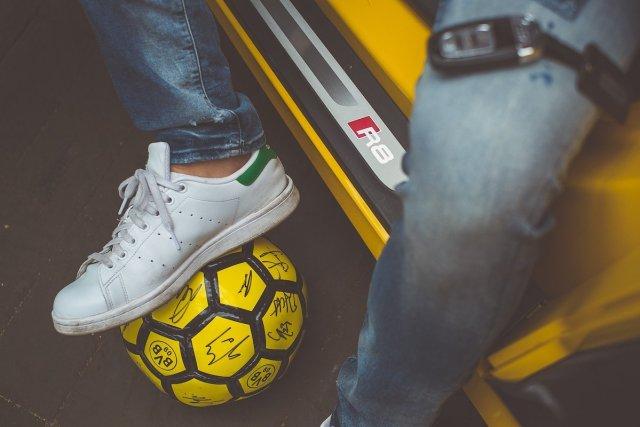 Audi R8 V10 plus S4 BVB Fußball Vegasgelb Borussia Dortmund adidas Stan Smith Sneaker Lifestyle Autoschlüssel Einstiegsleiste