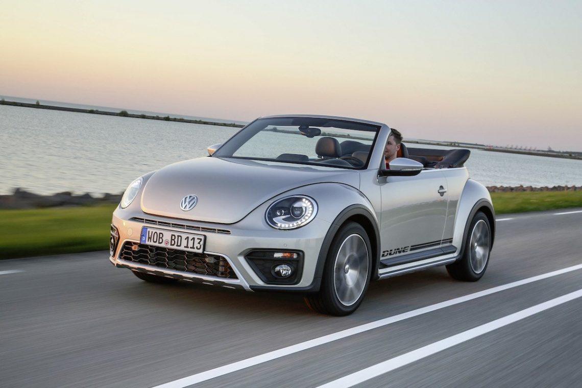 VW Beetle Dune Cabriolet Fahraufnahme Meer Strand Landstraße