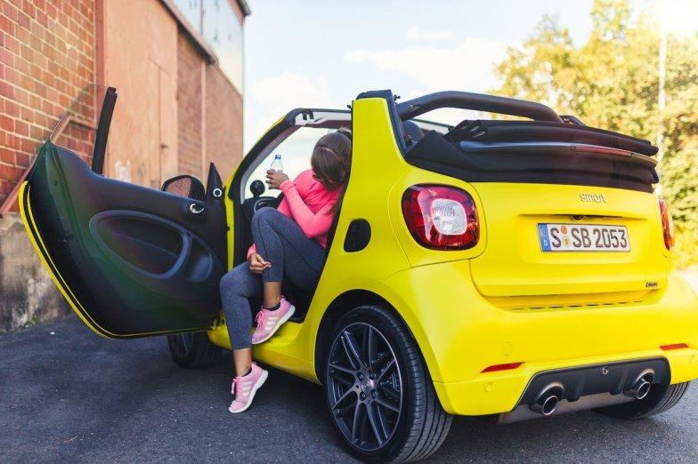 smart BRABUS fortwo cabrio 453 atomic yellow workout tür offen gelb hafen