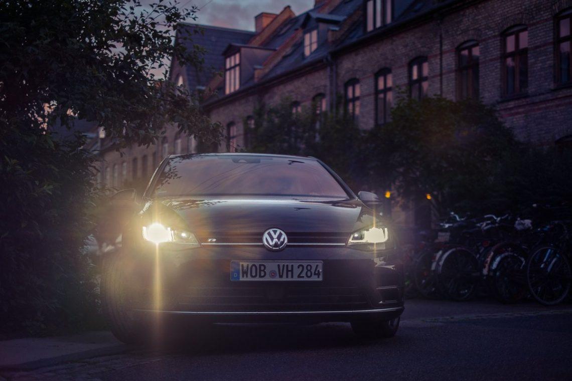 VW Golf VII R Front LED XENON Scheinwerfer Badge Dänemark Kopenhagen Dämmerung Abend Gegenlicht Himmel Ruhe