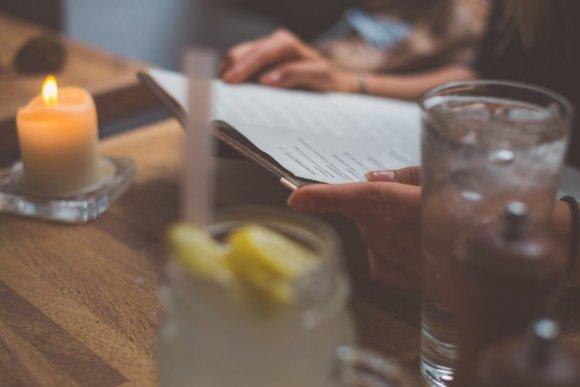 Restaurant Café Katz Kopenhagen Menü Speisekarte Hand Kerze Limonade Glas Tisch braun