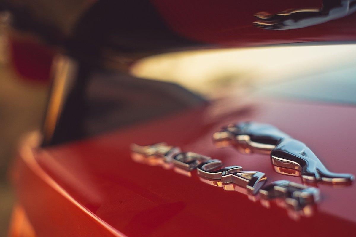 Jaguar F-TYPE SVR Firesand Emblem Logo Karbon Heckspoiler Carbon Reflektion Orange Sonnenuntergang Sun Warme Temperaturen Detail Fine Art