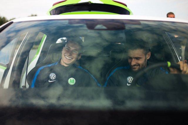 Julian Draxler VW Golf GTI The Extra Mile Happy Lachen Lächeln