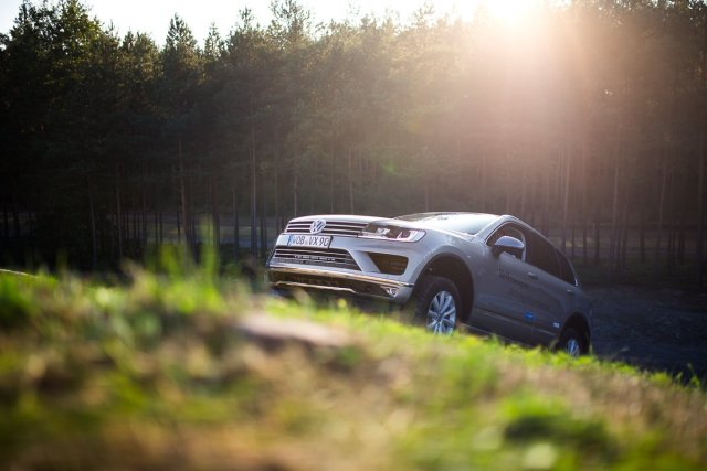 VW Touareg Gelände Steigung Erklimmen Gras