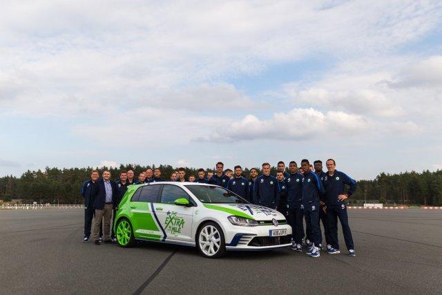 Mannschaftsfoto VfL Wolfsburg 1. Mannschaft VW Golf GTI The Extra Mile Ehra-Lessien Dieter Hecking Mario Gomez Kuba Julia Draxler