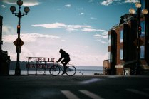 Carl Zeiss Milvus 85mm f/1.4 Canon EOS 5D Mark IV Pike Place Public Market Seattle Schild Fahrradfahrer Tiefenschärfe Spiegelung Himmel Wolken