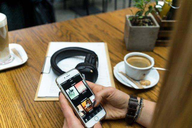 Meller Brand Uhr Watch Nag Earth Cafe Kaffee Marshall Mid Bluetooth Headphones Kopfhörer Hand Finger Uhr Plac Nowy Krakow Cappuccino Latte Macchiato