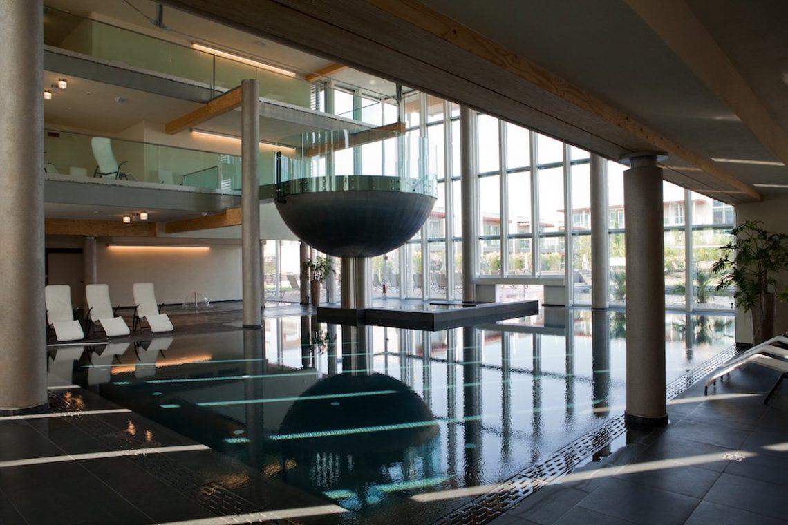 Aqualux Spa Wellness Hotel Bardolino AquaExperience Indoor Pool Wirlpool Becken Kelch