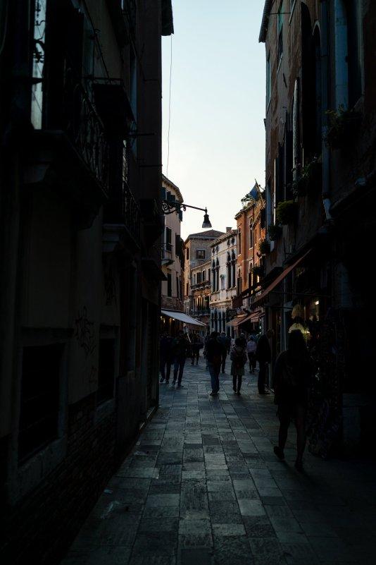 Venedig Venezia Venice Italien Romantik Romance Romantisch Urlaub Lifestyle Gasse Cannaregio enge Straße Geschäfte