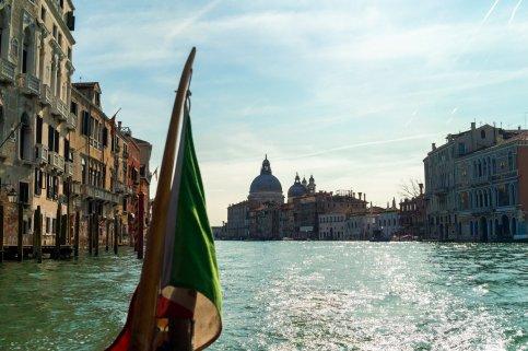 Venedig Venezia Venice Italien Romantik Romance Romantisch Urlaub Lifestyle Grand Canal Basilica di Santa Maria della Salute italienische Flagge Wasser Schatten