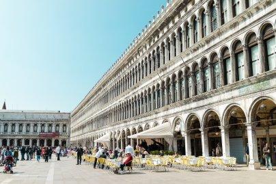 Venedig Venezia Venice Italien Romantik Romance Romantisch Urlaub Lifestyle Markusplatz Piazza San Marco Restaurants Cafés Sommer Platz Fassade Mauer Galerie Passage