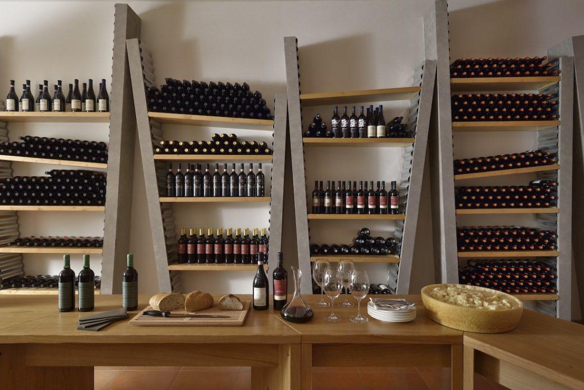 Aqualux Spa Wellness Hotel Bardolino Weinkeller Käse Flaschen Holzbrett Regale