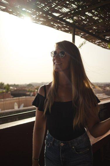 gegenlicht portrait diana frau blonde haare schwarzes top marrakesch