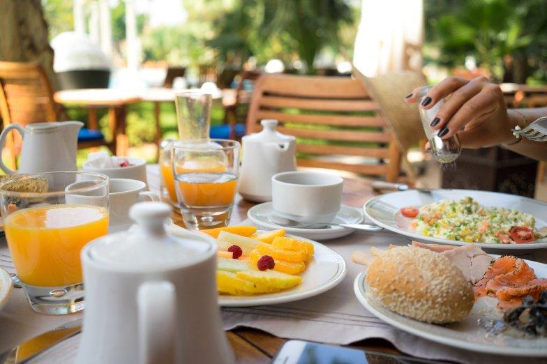 Es Saadi Palace Garden Resorts Frühstück Breakfast Salzstreuer Orangen Melone Lachs Schinken Reis Ei Omelette Rührei Terrasse